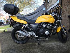 Honda CB 400 очень практичен, имеет сравнительно небольшой вес, сжат по габаритам