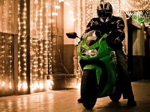 Мотоцикл Kawasaki ninja 250R поставляется в нескольких цветовых схема