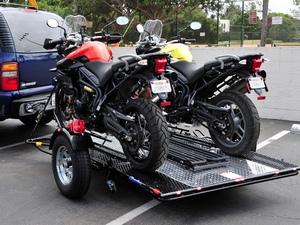 Прицеп может быть оборудован для перевозки одного, двух или трех мотоциклов