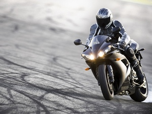 Повороты - сильное место мотоцикла Ямаха Р1
